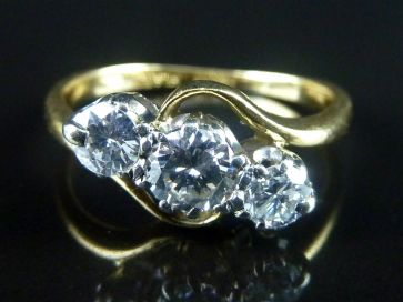 3 STONE DIAMOND RING 18K