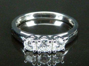 18ct 3 STONE DIAMOND RING