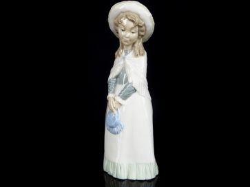 NAO TALL GIRL WITH HAT & SHAWL